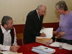 : Jiří Nestřeba (vlevo) a Josef Kalbáč při autogramiádě 3. dílu Písniček, které ani čas neodvál.