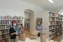 V blatenské knihovně připravují do tašek knihy pro čtenáře. Ale věnují se také aktualizaci knižních fondů a mnoha dalším úkolům.