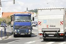 Těžká automobilová doprava se podepisuje na  komunikacích uprostřed Strakonic.  Výtluky nejsou žádnou výjimkou. Lokální vyspravení však pomůže jen na krátkou dobu.
