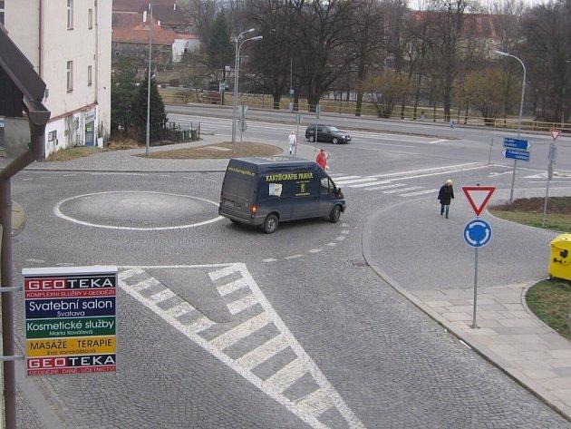 Kruhový objezd v ulici Bavorova ve Strakonicích.