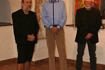 Josef Duspiva (na společném snímku uprostřed) vystavuje v Písku.