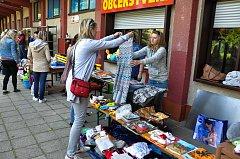 V letním plaveckém areálu bylo možno nakupovat v sobotu 19. května různé použité předměty a oblečení.