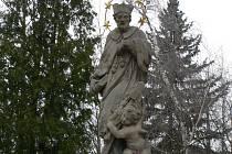 Socha Panny Marie s Jezulátkem, kterou vylepšení terpve čeká.