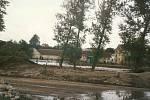 Srpen 2002. Průrva v hrázi pod katovickým jezem má více než 60 metrů.