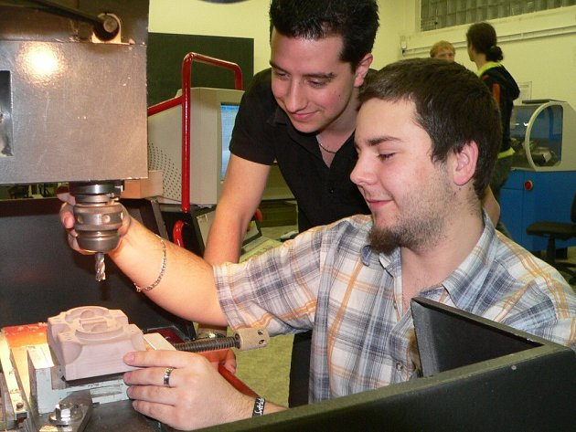 čtvrťáci Jan Otruba a Martin Zelenka (stojící) se umístili v  kategorii strojního CAM programování na druhém místě v družstvech a obsadili i třetí a čtvrté místo v jednotlivcích.