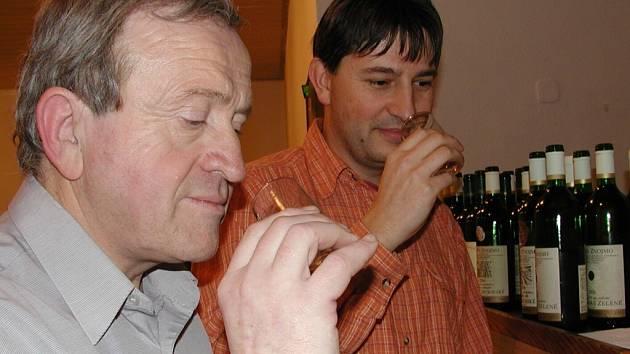 Katovičtí zahrádkáři připravili na sobotu 12. ledna přednášku o pěstování vinné révy spojenou s ochutnávkou vín. Na snímku zleva jsou přednášející Jan Kratochvíl a Roman Dub za organizátory.
