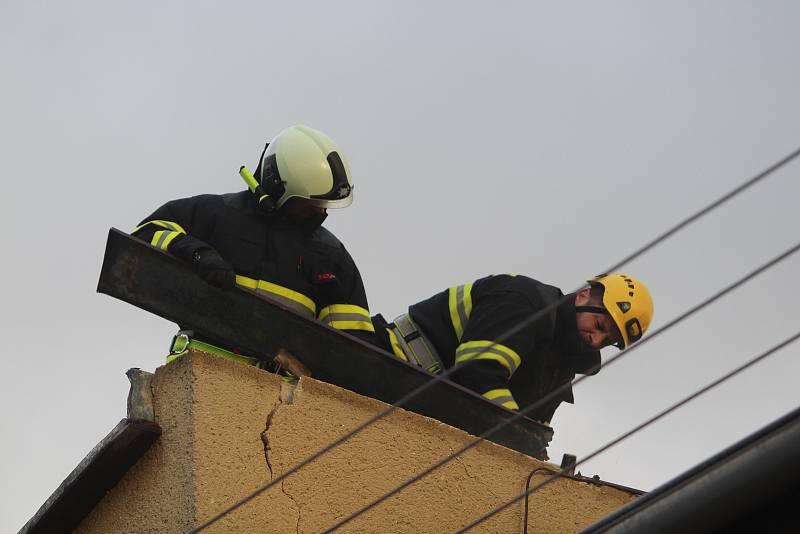 Oprava střechy v ulici Budovatelská ve Strakonicích.