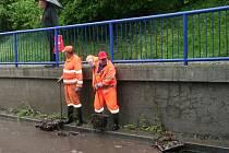 Silničáři museli ve středu 27. května ráno čistit ucpané vpustě pod viaduktem. Zanesla je kůra z nedávných zahradnických prací.