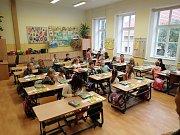 Fotografie prvňáčků ze třídy 1.A a 1.B ze Základní školy a Gymnázia Vodňany, budova Alešova.
