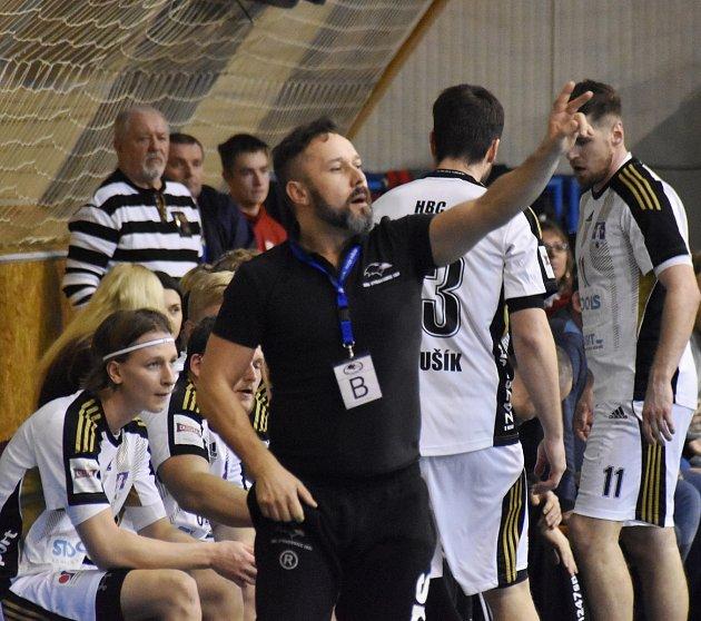 ŠÉF strakonické lavičky Roman Marienka diriguje svůj tým v utkání s Kopřivnicí.