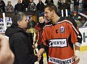 Titul krajského přeborníka mají hokejisté ze Strakonic. HC Strakonice - Slavoj Český Krumlov 3:3 (1:1, 1:1, 1:1).
