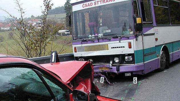 V sobotu 27. října 2007 narazil osobní automobil jedoucí zlešickými zatáčkami do autobusu v protisměru.