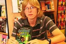 Svou prvotinu podepisoval student strakonického gymnázia Josef Němec ve čtvrtek 18. června v knihkupectví na Velkém náměstí.