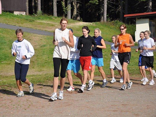 V popředí běží zleva basketbalistky Petra Reisingerová, Klára Linhartová  a Lucie Baláková.