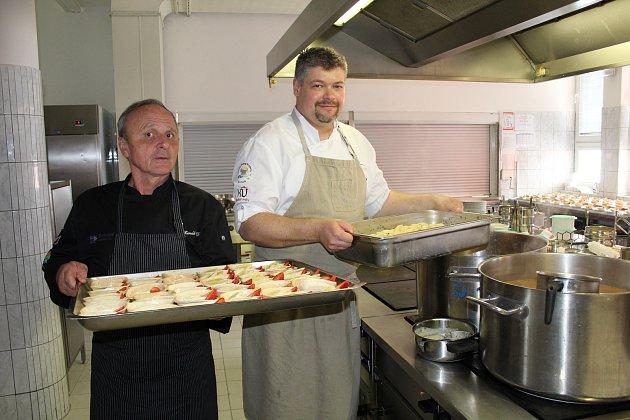 Mistři radili kuchařkám v ZŠ Krále Jiřího z Poděbrad.