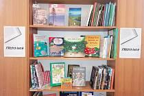 V knihovně si můžete knihy půjčit, ale i koupit.