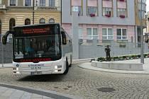 Malý autobus na Velkém náměstí.