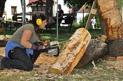 Od pátku 29. června až do neděle bylo možno sledovat při práci tři umělce, kteří přetvářeli kmeny stromů na sochy.