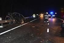 Po čelním střetu nákladního automobilu tovární značky DAF, zemřel řidič osobního vozu VW Polo.