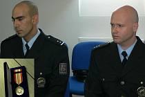 Vlevo je Petr Janda. Je mu 28 let a policejní uniformu obléká pět let. Vpravo je Vít Černý. Je mu 33 let a u Policie ČR je necelý rok a půl.