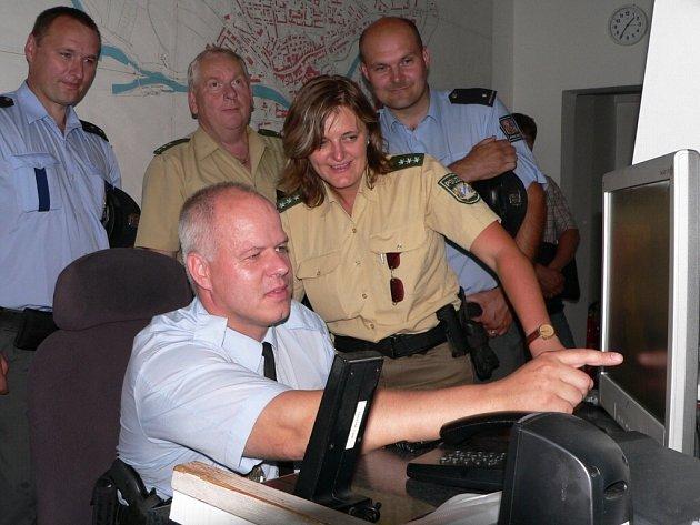 Němečtí policisté zavítali při své čtvrteční návštěvě i na stanici Městské policie Strakonice. Uneseni byli z kamerového systému, který v Německu nemají. Zákon jim to z hlediska ochrany osobní svobody nedovoluje.  Jak zacházet s kamerami ukázal policistů