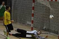 Tým DG 303 porazil ve 3. kole Vodňanské ligy v sálové kopané Sokolskou louku vysoko 10:2. Čtyři góly vstřelil Jaroslav Volmut (na snímku překonává brankáře Tomáše Babického).