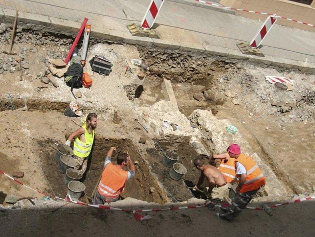 Zbytky středověké brány odkrývali archeologové v srpnu.