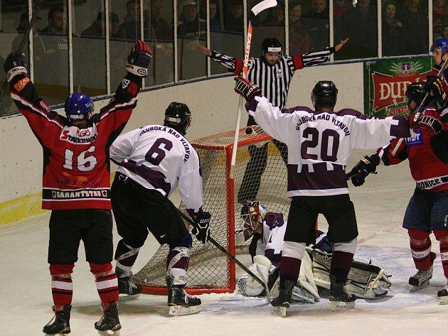 Radomyšl jde dál, zatímco Strakoničtí ve druhém utkání čtvrtfinále play off krajské ligy doma podlehli Hluboké nad Vltavou 1:3 a po předchozí porážce na ledě soupeře 2:3 pro ně sezona skončila.