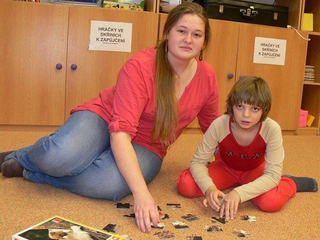 Na snímku je jedna z dobrovolnic Anežka Balíková z Nišovic, studentka strakonického gymnázia, spolu s osmiletou Terezkou Brožovou ze Strakonic.