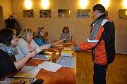 V obci Cehnice mají už 60 procentní voličskou účast. V sobotu přicházejí do volební místnosti voliči průběžně.
