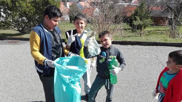 Děti z domova uklízely Volyni.