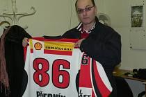 Petr Černík drží dres, který si skalní fandové za pomoci HC Strakonice pořídil. Na něm je kromě jména i číslo 86, což je rok, od nějž je věrným příznivcem strakonického hokeje.