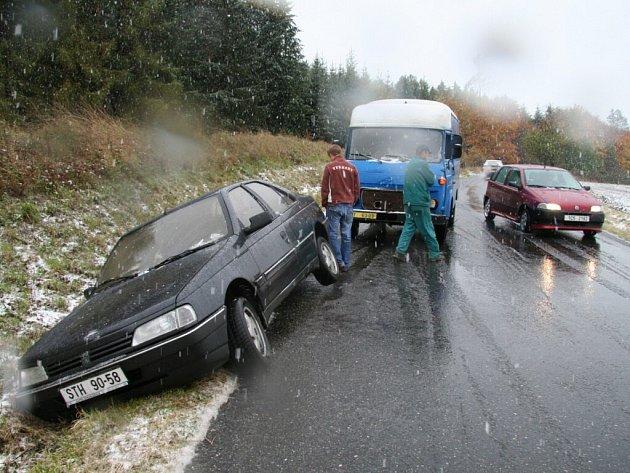 Mladík vůz neudržel na silnici.