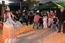 Originální atmosféru plesu si užili všichni, kdo přišli  v sobotu odpoledne do hospody na Pražáku. Celý prostor sálu se změnil v písčitou pláž. Nechyběly ani palmy. nafukovací míče, nebo gumový člun.