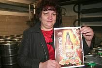 Sládková Dagmar Vlková představuje nové pivo.