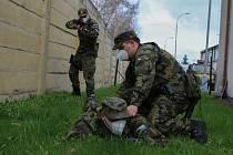 Vojáci při kontaktu s osobou, která neoprávněně vstoupila na základnu.