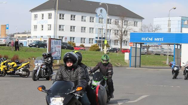 """Na již  jedenáctý ročník """"Vykopání pincka aneb zahájení sezóny motobobrů""""  se  v sobotu sjeli motorkáři z širokého okolí."""
