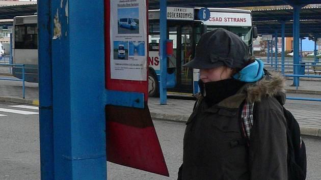 Studentka Kateřina Brožáková jezdí pravidelně ze strakonického nádraží do Prahy. Uvítala by zde kavárnu, kde by mohla na příjezd autobusu počkat.