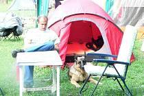 Léto načíná svoji druhou polovinu a mnoho lidí si zvolilo pro dovolenou právě kempování pod stanem, v chatce či karavanu.