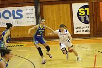 Natálie Horsáková (v bílém v utkání s USK Praha) vede v době přerušení soutěží online tréninky pro mladé strakonické basketbalistky.