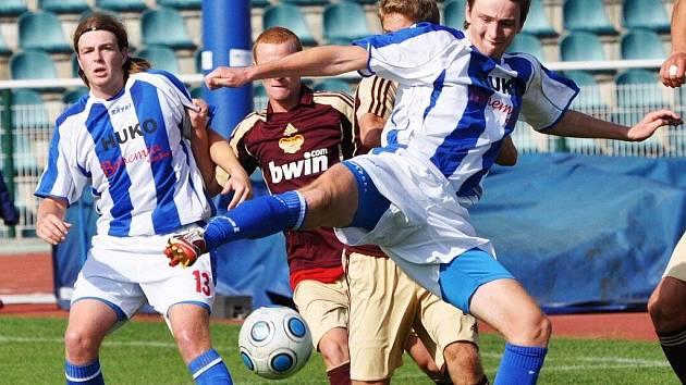 Strakoničtí fotbalisté budou mít i v posledním utkání podzimní části proti Roudnému problémy se sestavou. Jedním  z těch, kdo se do ní ale vrací, je obránce Tomáš Hajdušek (v popředí).