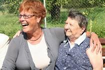 Členka holandského Občanského sdružení Axioncontinu Lenie Hummelink (vlevo) s jednou z obyvatelek Domu klidného stáří sv. Anny v Sousedovicích.