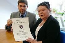 Šimona Kovářová Rejžková přijala od starosty Pavla Vondryse doklad o čestném občanství Jiřího Rejžka.