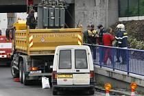 Hasiči u viaduktu odstraňovali vyteklý olej.