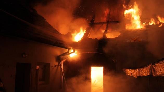 Oheň zachvátil tři domy.