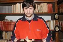 Ve vodňanské galerii vystavují 28. října úlomky zlaté rudy, které se našly v roce 1927 v lomu u Křepic. Na snímku je pracovník muzea Petr Totín.