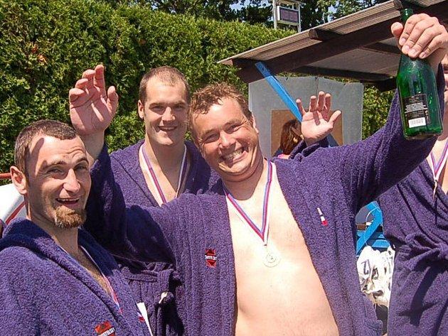 Takto se strakoničtí pólisté radovali z titulu v roce 2006 (zleva jsou David Kříž, Jan Zikmund a Marek Fügner).