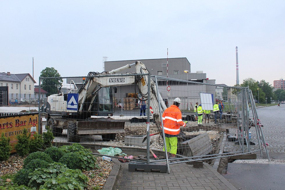 Po dokončení první etapy stavby přednádražního prostoru je nově uzavřena ulice U Nádraží ve Strakonicích kompletně.