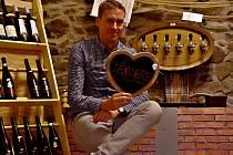 Foto 1: Libor Papírník od roku 2005 provozuje ve Strakonicích malý krámek s hudebními nástroji a vinotéku.