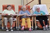 Od února budou mít senioři ve strakonických domovech nová lůžka a křesla pro pohodlnější pobyt.